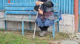 O batranica din Oradea, batjocorita de un strain. Barbatul a rugat-o sa-l ajute cu un pahar cu apa, iar apoi a atacat-o