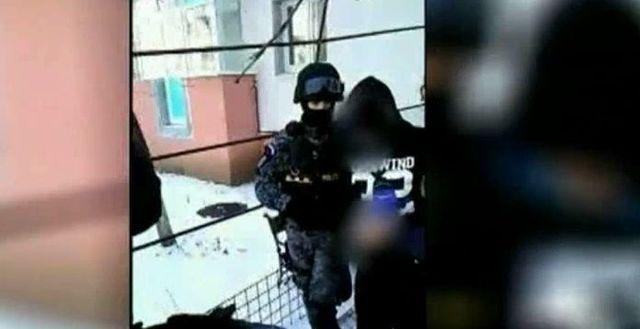 Politistul pedofil a fost huiduit de vecini! Eugen Stan, dus de politisti la boxa apartamentului sau pentru verificari