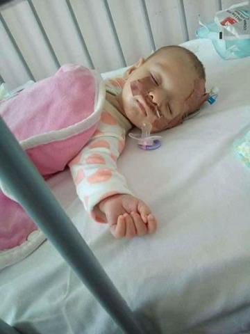Apel umanitar pentru o fetita de 5 luni, internata la Marie Curie! Diana a inghitit lichid amniotic la nastere, iar parintii nu au bani sa plateasca interventia chirurgicala care i-a salvat viata
