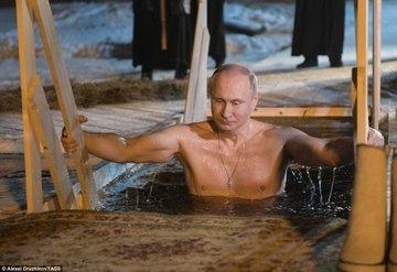 Vladimir Putin s-a dezbracat, apoi a intrat in apa inghetata a unui rau. Oamenii au incremenit cand au vazut ce face presedintele rus