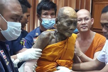 Un calugar budist mort a fost dezgropat dupa 2 luni. In timp ce ii ridicau trupul, ceva uluitor s-a intamplat! Se uitau la chipul lui si nu le venea sa creada