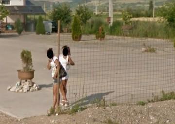 """Doua prostituate din Alba Iulia, surprinse """"la treaba"""" de camerele Google Street View! Pe imagini se vede exact momentul in care intra-n actiune"""