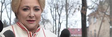 Am aflat cat a costat celebrul palton alb al Vioricai Dancila! Noul Premier al Romaniei a apelat la un designer roman pentru tinuta ei   EXCLUSIV