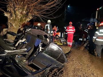 Accident teribil! Doi tineri, morţi după ce maşina lor a lovit un copac de pe marginea drumului