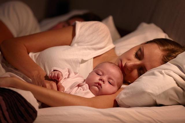 Ce se intampla cu bebelusii care dorm in pat cu mamele lor pana la varsta de trei ani