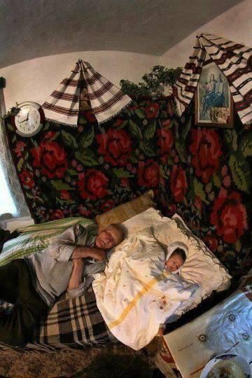 O fotografie facuta intr-o casa batraneasca de la tara a smuls sute de lacrimi. Povestea ei te lasa fara cuvinte