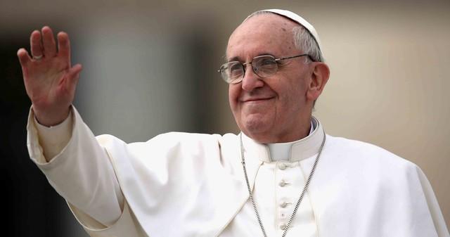 """Papa Francisc critica purtatul cruciulitei la gat. """"Crucifixul nu este un accesoriu vestimentar"""""""