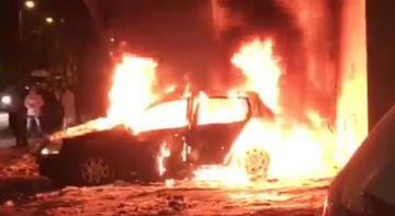 Gest tulburator! Un barbat a incendiat o masina aflata pe locul sau de parcare iar focul l-a cuprins si pe el