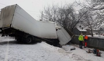 Accident mortal in Suceava! Doua camioane si o autoutilitara s-au lovit violent! Un barbat a murit