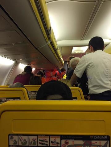 Un avion cu pasageri a aterizat de urgenta la Otopeni dupa ce un motor a luat foc