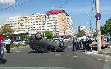 Beata crita la volan, o profesoara din Galati s-a rasturnat cu masina ca in filme