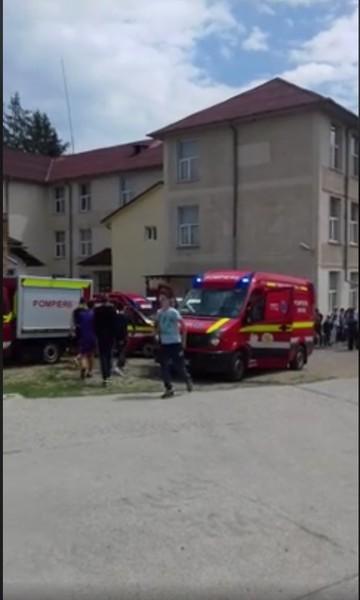Toxiinfectie alimentara in masa la o scoala din Bacau! Zeci de copii au fost luati cu 15 ambulante dupa ce au mancat sandvisurile