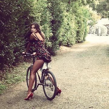 Imagine FIERBINTE cu Madalina Ghenea! Mersul pe bicicleta nu ti s-a parut niciodata atat de sexy!