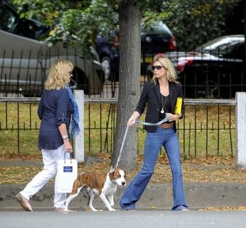 Sa tot fii caine de vedeta! Kate Moss a angajat un dresor profesionist pentru câinele ei neascultător - VEZI ce probleme ii facea patrupedul