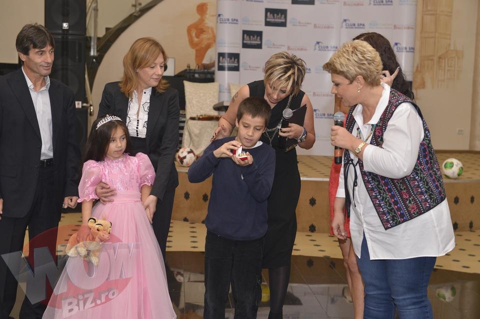 Teo si-a scos cerceii de aur la licitatie pentru a o ajuta pe micuta Kassandra Rotariu! Cine e barbatul care i-a cumparat la pret dublu si i-a returnat vedetei Kanal D
