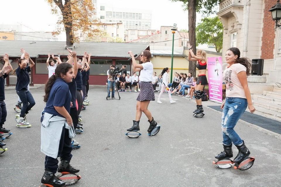 Roxana Ciuhulescu si Ioana Ginghina fac kangoo jumps impreuna cu cei mici! Copiii vor avea un program special alaturi de Diana Stirbu, instructor international