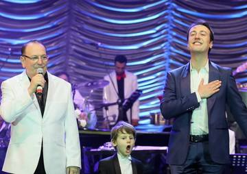"""VIDEO! E limpede, in familia Geambasu talentul se mosteneste din tata in fiu. Sunt trei generatii de muzicieni. Juniorul si-a acompaniat parintele si a fost """"cooptat"""" in band-ul Calin Geambasu!"""