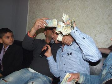 FOTO! Babi Minune a dat de bani! Uite-l pe manelist cum jongleaza cu hartiile de 50 de lei, mai ceva ca bancherii!