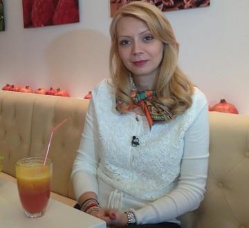 Cum isi petrece Daciana Sarbu timpul liber? In timp ce-si bea cafeaua citeste carti de bucate