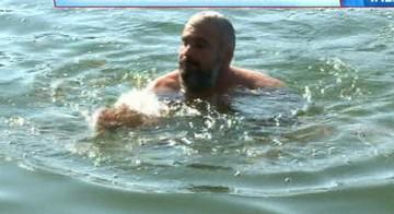 """George Chirila, barbatul cu doua sotii surori, s-a dezbracat si s-a aruncat in lac: """"Am plecat din raiul nostru ca sa venim in tarcul vostru"""""""