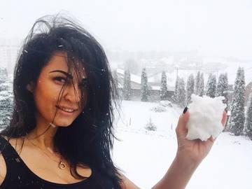 Dumnezeule Mare! Afara ninge ca in povesti, dar Nicoleta Luciu a iesit imbracata asa sa se joace cu zapada! O sa se zbarleasca parul pe tine cand o vezi!