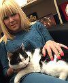 Elena Udrea a salvat o pisica de la inghet! Uite-o pe politiciana cum o tine in brate si o mangaie!
