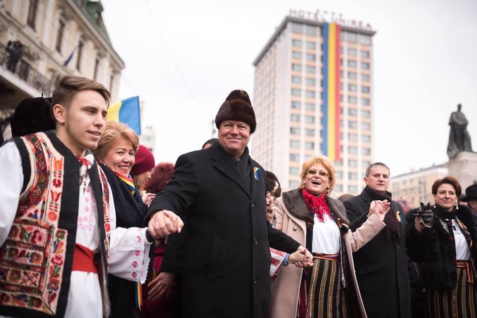 """EXCLUSIV! Caciula lui Iohannis, luata """"la ochi"""" de Iulia Albu! """"Nu a fost cea mai fericita alegere. Fireste, nici cu o cagula de ski nu-l vedeam!"""" Fashion editorul a facut analiza accesoriului care le-a amintit romanilor de... Ceausescu"""