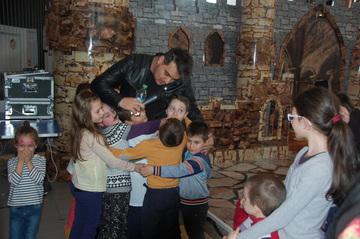 """FOTO   Bursucu, asaltat de copii mai ceva ca Mos Craciun! Uite cat de mult il iubesc micutii pe prezentatorul emisiunii """"Roata Norocului"""""""