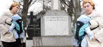 """VIDEO EXCLUSIV! Ioana Tufaru si-a dus bebelusul la mormantul tatalui care a incercat s-o violeze! """"Te-am iertat! Desi nu meritai, l-am adus pe nepotul tau, sa-l vezi""""! Imagini halucinante filmate in cimitir pe o ploaie infernala!"""