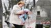 VIDEO EXCLUSIV! Momente halucinante! Ioana Tufaru a plans la mormantul mamei, cu bebelusul in brate, pe o ploaie torentiala! Cuvintele pe care le-a spus in fata locului de veci sunt emotionante!