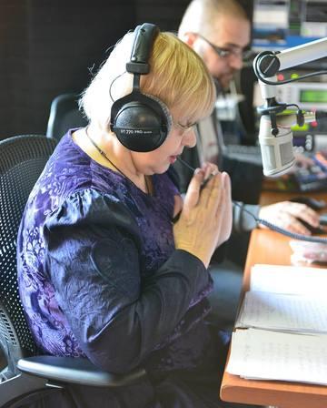FOTO! Actrita Rodica Mandache se roaga inainte sa intre in direct la radio