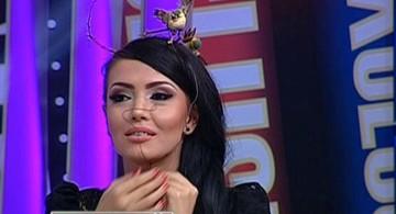 "VIDEO Aroganta dupa aroganta ii face Andreea Mantea Iuliei Albu! Madalin s-a inchinat cand a vazut-o pe colega lui ASA! ""Tu asa stai toata emisiunea? Nu te zgarie sarmele alea?"""