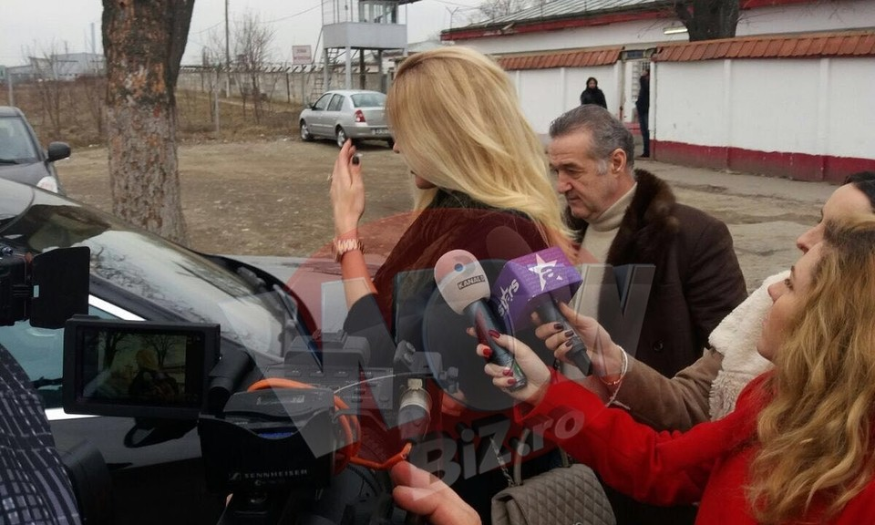 FOTO EXCLUSIV Alina Borcea, gestul disperarii! A mers de urgenta la Jilava cu nasul Gigi Becali ca sa il roage pe Cristi Borcea sa nu divorteze. Avea un teanc de acte la ea