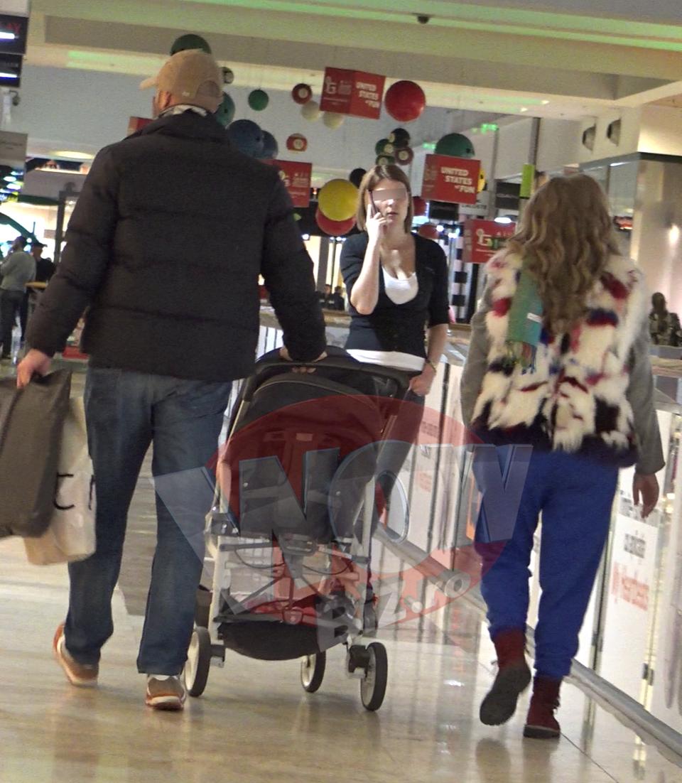 VIDEO EXCLUSIV! Ce familie frumoasa are Mirela Boureanu Vaida! A iesit cu sotul si cu ingerasul ei de fetita la mall! Vedeta e din nou insarcinata! Avem imagini senzationale cu ea in ipostaze in care n-ai vazut-o niciodata