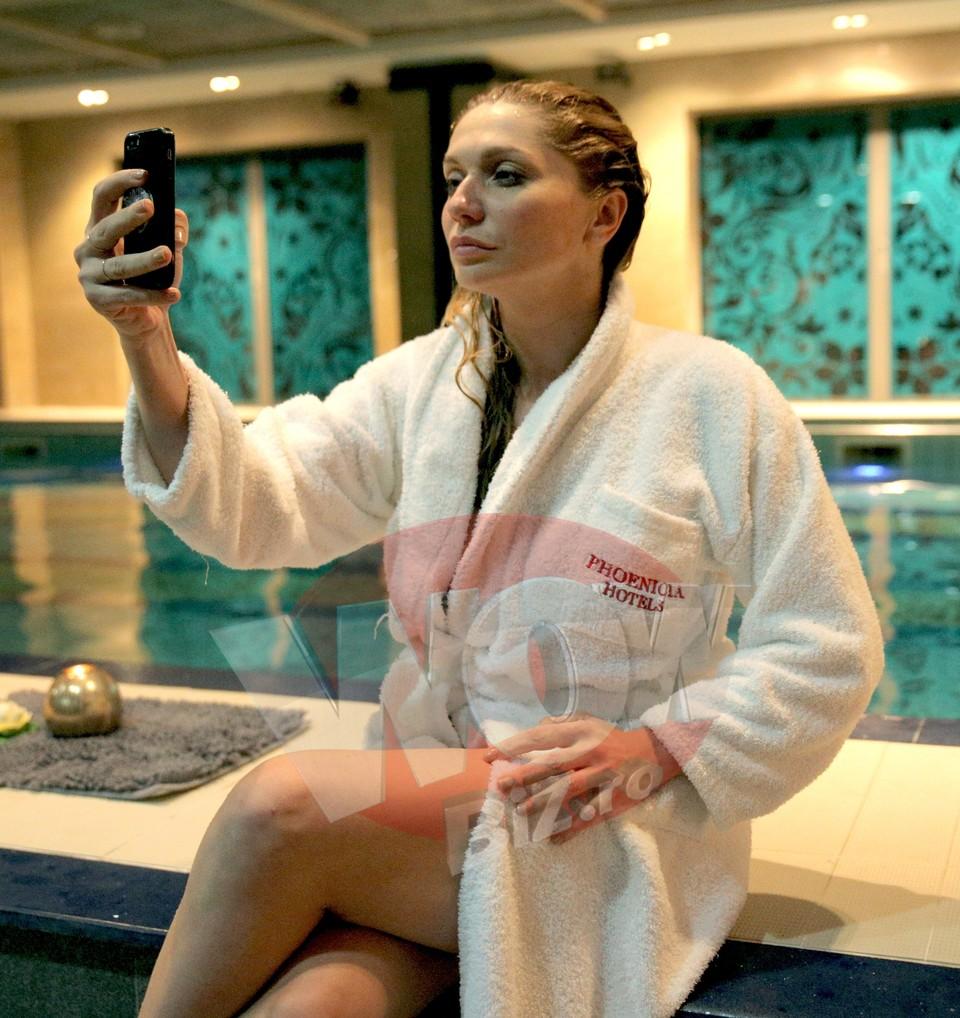 "Video Exclusiv | Cum arata Cristina Cioran in costum de baie! Frumoasa actrita s-a dezbracat la o piscina si s-a lasat filmata! ""Fac scufundari fara tub de oxigen"""