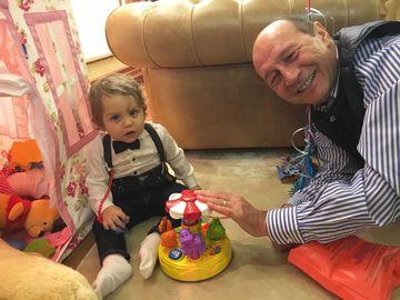"""FOTO! Baietelul Elenei Basescu e adorabil! Are ochii albastri si seamana perfect cu fostul presedinte! """"E leit bunicul lui!"""""""