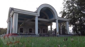VIDEO EXCLUSIV! Ilie Carabulea are multe case luxoase, dar sa vezi unde o sa-si duca somnul de veci! Milionarul arestat preventiv si-a ridicat un mausoleu imens intr-un cimitir din Sibiu si toti trecatorii se minuneaza cand il vad!