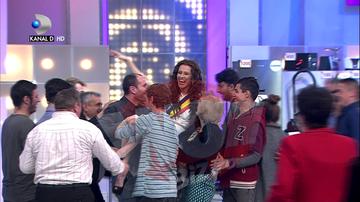 """VIDEO EXCLUSIV! Ana-Maria Barnoschi, luata pe sus de publicul de la """"Roata Norocului""""! Desi in fusta, tanara a fost aruncata mai ceva ca o vedeta rock! Nu rata momentul duminica, de la ora 20.00, la Kanal D"""
