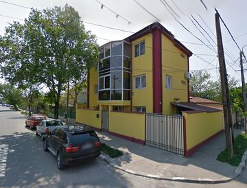 Uite in ce culori turbate si-a vopsit vila senatorul Anca Boagiu! Fostul ministru s-a jucat cu pensula pe zidurile casei, doar balconul a scapat!