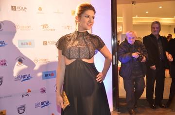 VIDEO EXCLUSIV! Insarcinata in cinci luni, Amalia Enache arata excelent! La o gala de premiere a stat incontinuu cu mana pe burtica! Vedeta o sa fie mama de baiat!