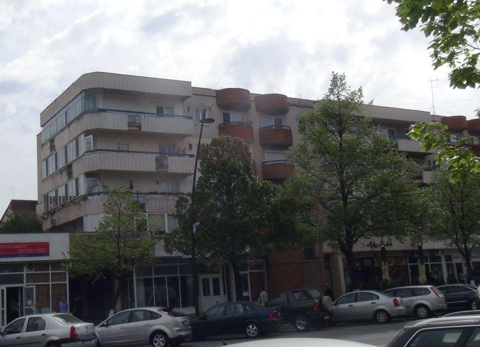 FOTO EXCLUSIV! Aici locuiesc parintii Lidiei Buble! In apartamentul in care tatal Viorel si mama Rahela au crescut 11 copii acum stau trei persoane! Locuinta vedetei are vedere la cetatea Devei