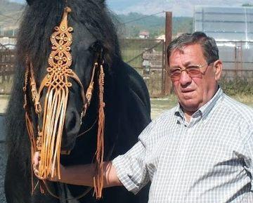 Distrus de moartea baiatului sau, un afacerist din Targu Jiu i-a facut acestuia un cavou multifunctional! Nicolae Balteanu are fotoliu si birou la mormantul fiului, unde sta ore intregi pe calculator