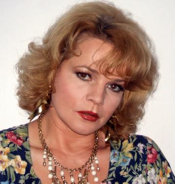 Loredana Groza, Silvia Dumitrescu sau Simona Florescu si-ar dori sa dispara filmarea asta de pe internet! Uite-le pe cele trei vedete cum ridica ode lui Ceausescu si PCR-ului in programul de Revelion 1987!