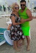 FOTO Gata cu smecheria, a ajuns Nicoleta Guta la mare! Manelista a iesit la plaja cu iubitul si cu..peruca!