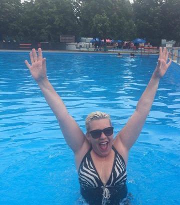 FOTO! Silvia Dumitrescu s-a distrat de minune la mare! Uite cum arata celebra solista in costum de baie
