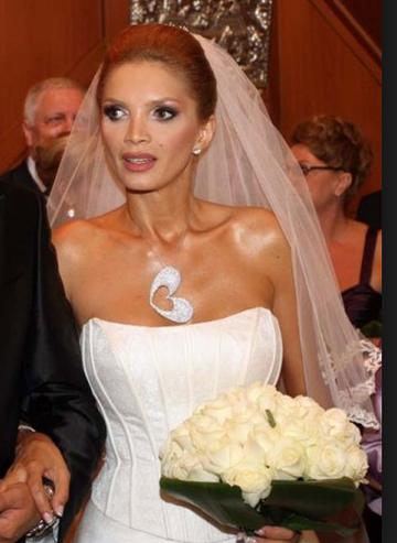 Cristina Spatar s-a laudat la nunta cu un medalion de un milion de euro, dar nimeni nu isi mai aminteste ca bijuteria era, de fapt, inchiriata!