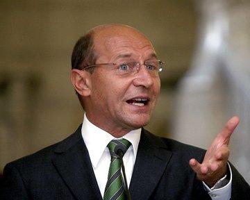 FOTO Uite-l pe Traian Basescu cum ii pupa mana Corinei Dragotescu! Fostul presedinte si ziarista au avut un conflict de notorietate!