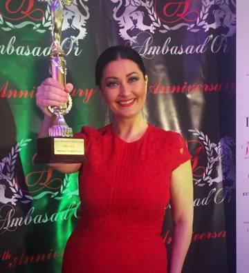 """Gabriela Cristea, prezentatoarea emisiunii """"Te vreau langa mine"""", si Cristina Sava, Directorul de Marketing si Comunicare Kanal D, premiate la Gala Femei de Succes 2016"""
