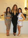 Surorile Kardashian, aparitie scandaloasa! S-au dezbracat sub pomul de Craciun si s-au miscat lasciv