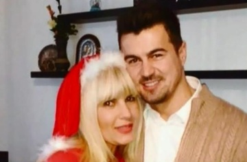 Elena Udrea, aparitie super sexy la mall! Blonda politicii romanesti si iubitul manechin au fost surprinsi in ipostaze fierbinti! VIDEO